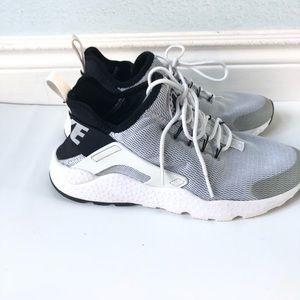 Nike Shoes - Nike black, gray and white huaraches
